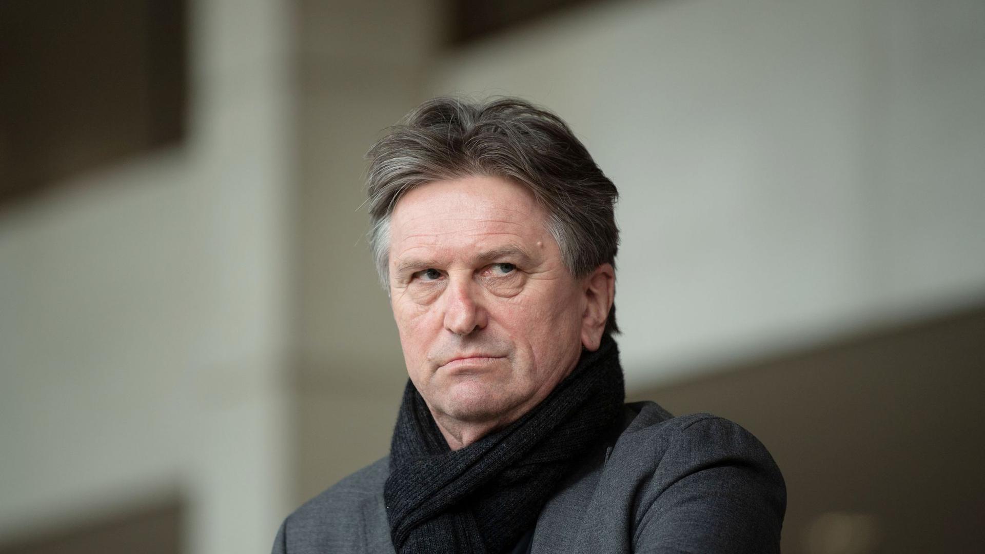 Manfred Lucha (Grüne), Gesundheitsminister von Baden-Württemberg, schaut in die Runde.