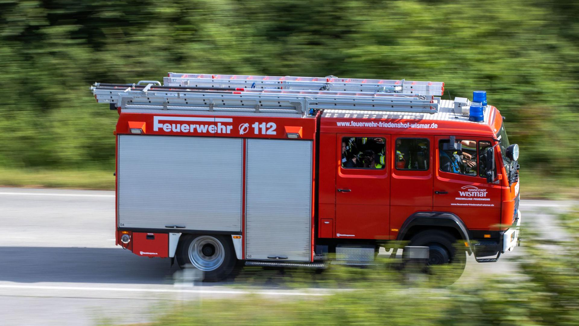 Ein Löschfahrzeug der Feuerwehr fährt zu einem Einsatz.