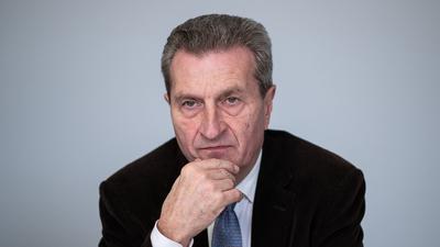 Günther Oettinger (CDU) sitzt bei einem Interview.