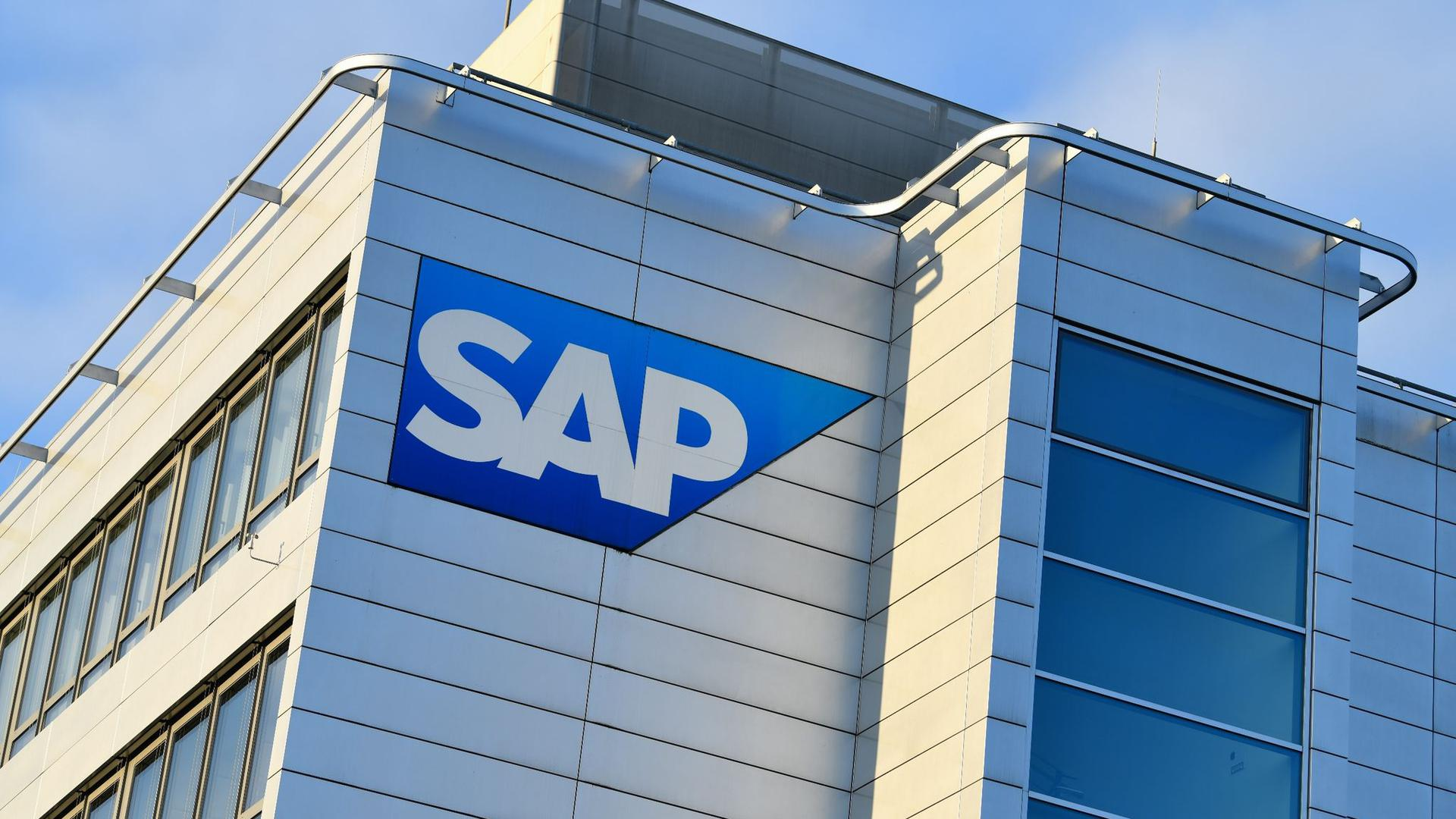 Das Logo des Softwarekonzerns SAPist an einem Gebäude zu sehen.