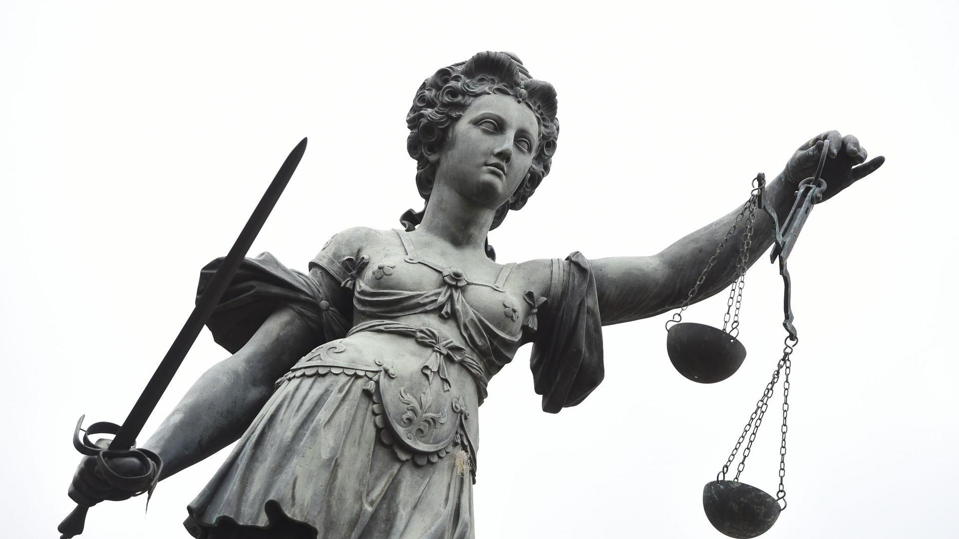 Eine Bronzeplastik der römischen Göttin der Gerechtigkeit, Justitia.