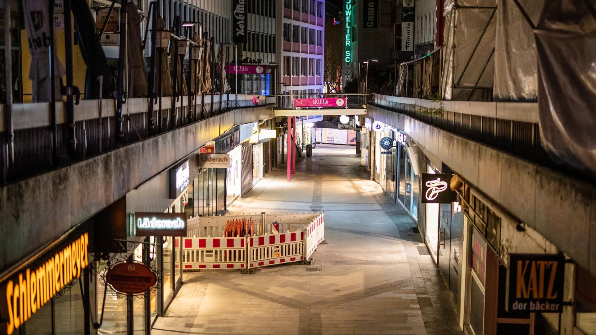 Kurz nach Beginn der Ausgangssperre ist die Stuttgarter Innenstadt menschenleer.