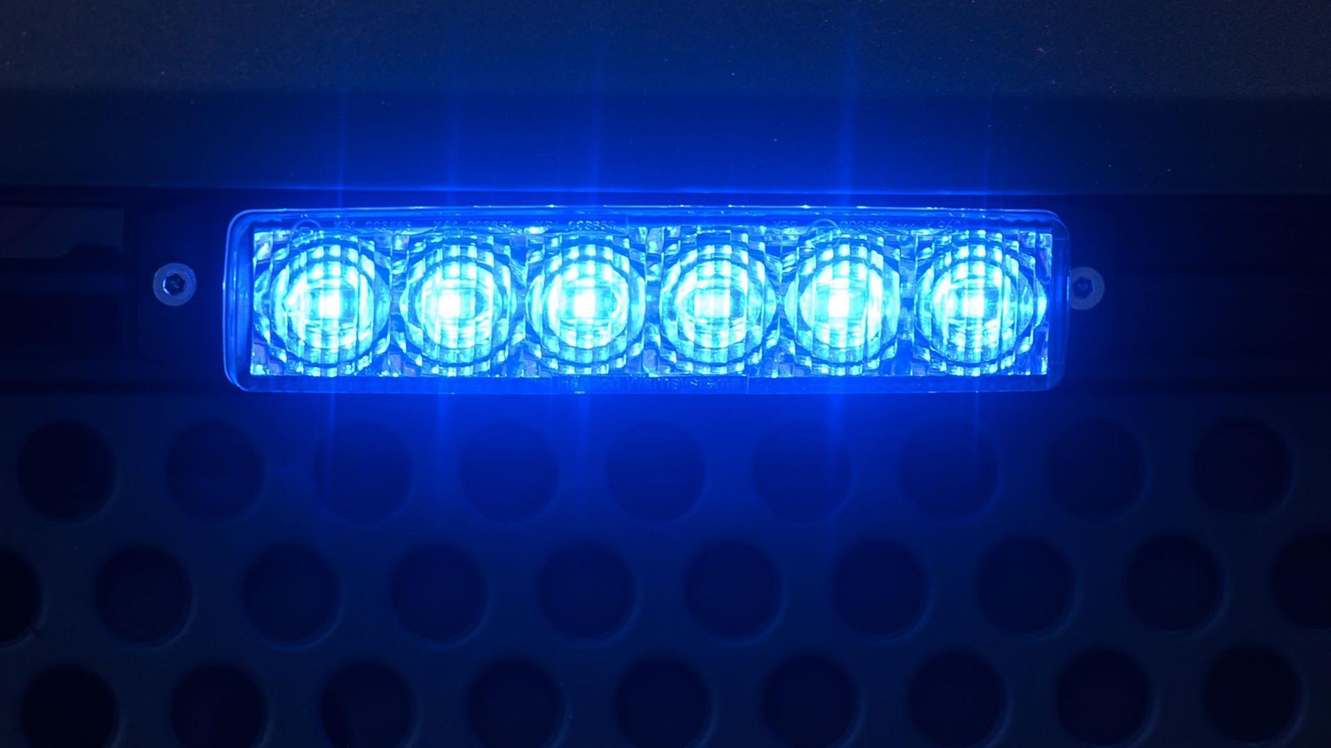 Blaulicht leuchtet auf einem Einsatzfahrzeug.
