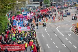 Zum Tag der Arbeit ziehen zahlreiche Menschen bei einer Demonstration des Deutschen Gewerkschaftsbunds (DGB) durch die Innenstadt.