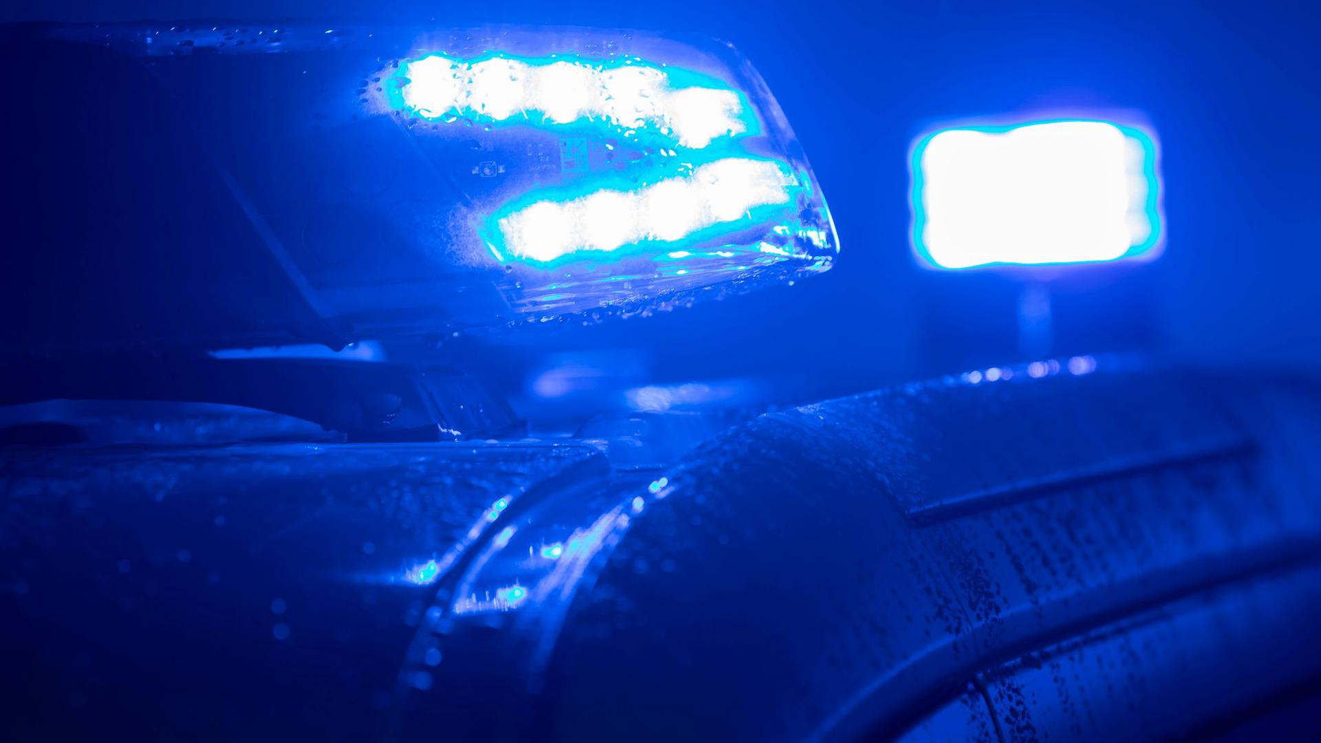 Blaulichter leuchten auf einem Streifenwagen der Polizei.