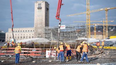 Bauarbeiter betonieren die 14. Kelchstütze auf der Baustelle des neuen Hauptbahnhofs, der zum Bahnprojekt Stuttgart 21 gehört.