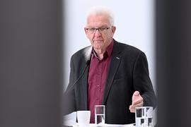 Winfried Kretschmann (Bündnis 90/Die Grünen) gibt ein Pressestatement.