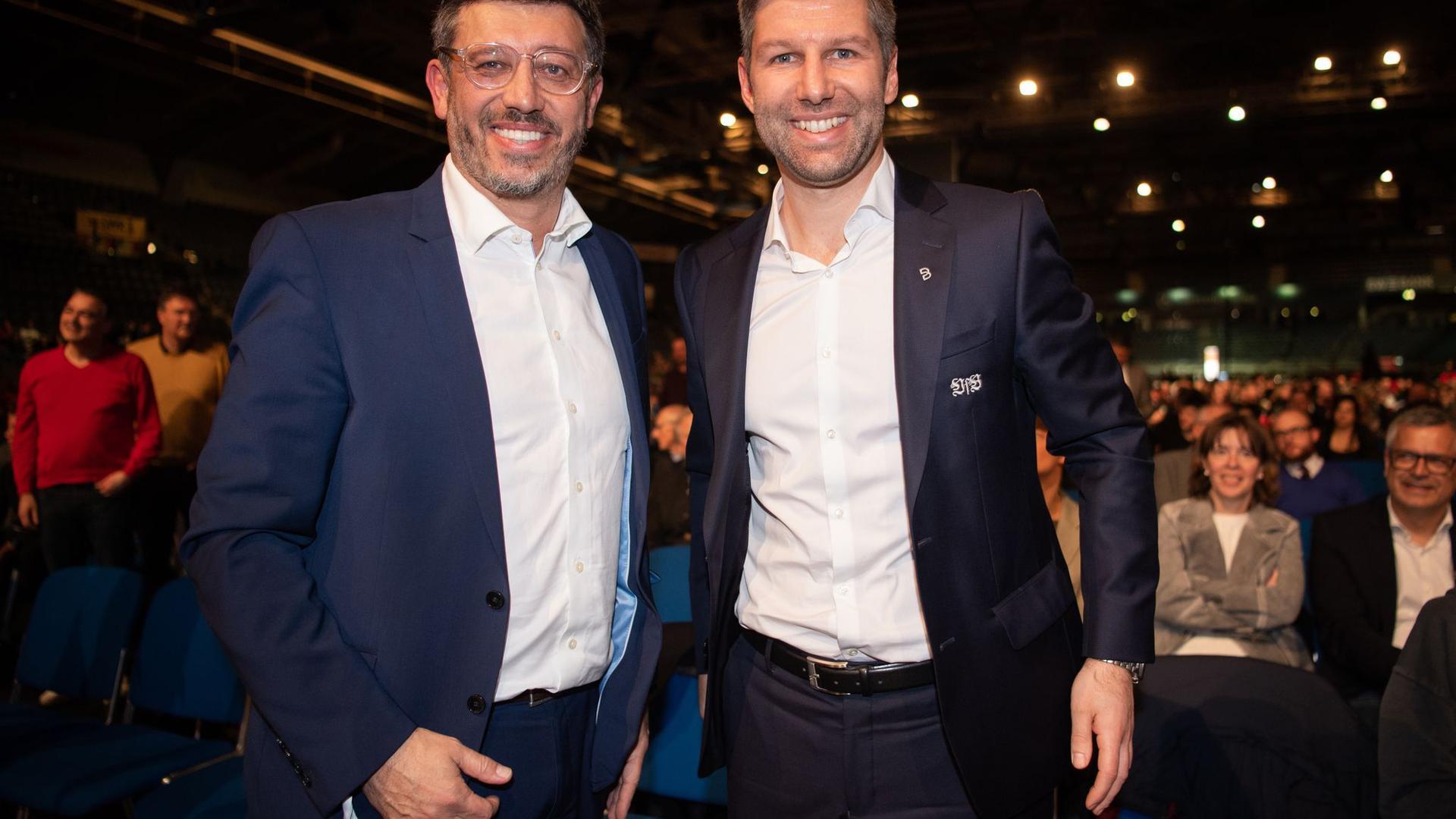 Claus Vogt (l), Präsident des VfB Stuttgart, und Vorstandsvorsitzender Thomas Hitzlsperger (r).