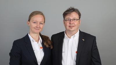 Rainer Kropp-Kurta und Eugenia Remisch schauen in die Kamera.
