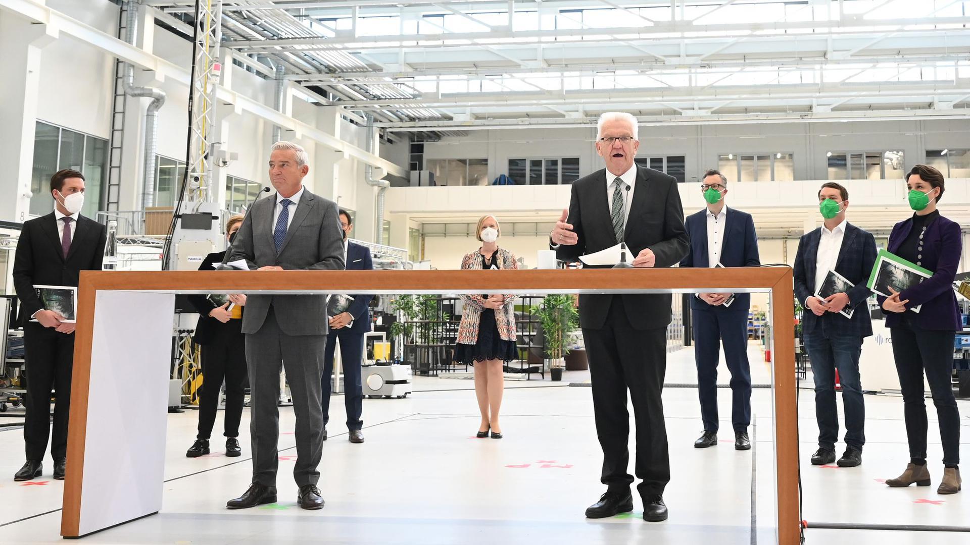 Winfried Kretschmann (r, Grüne) und Thomas Strobl (l, CDU) stellen den Koalitionsvertrag vor.