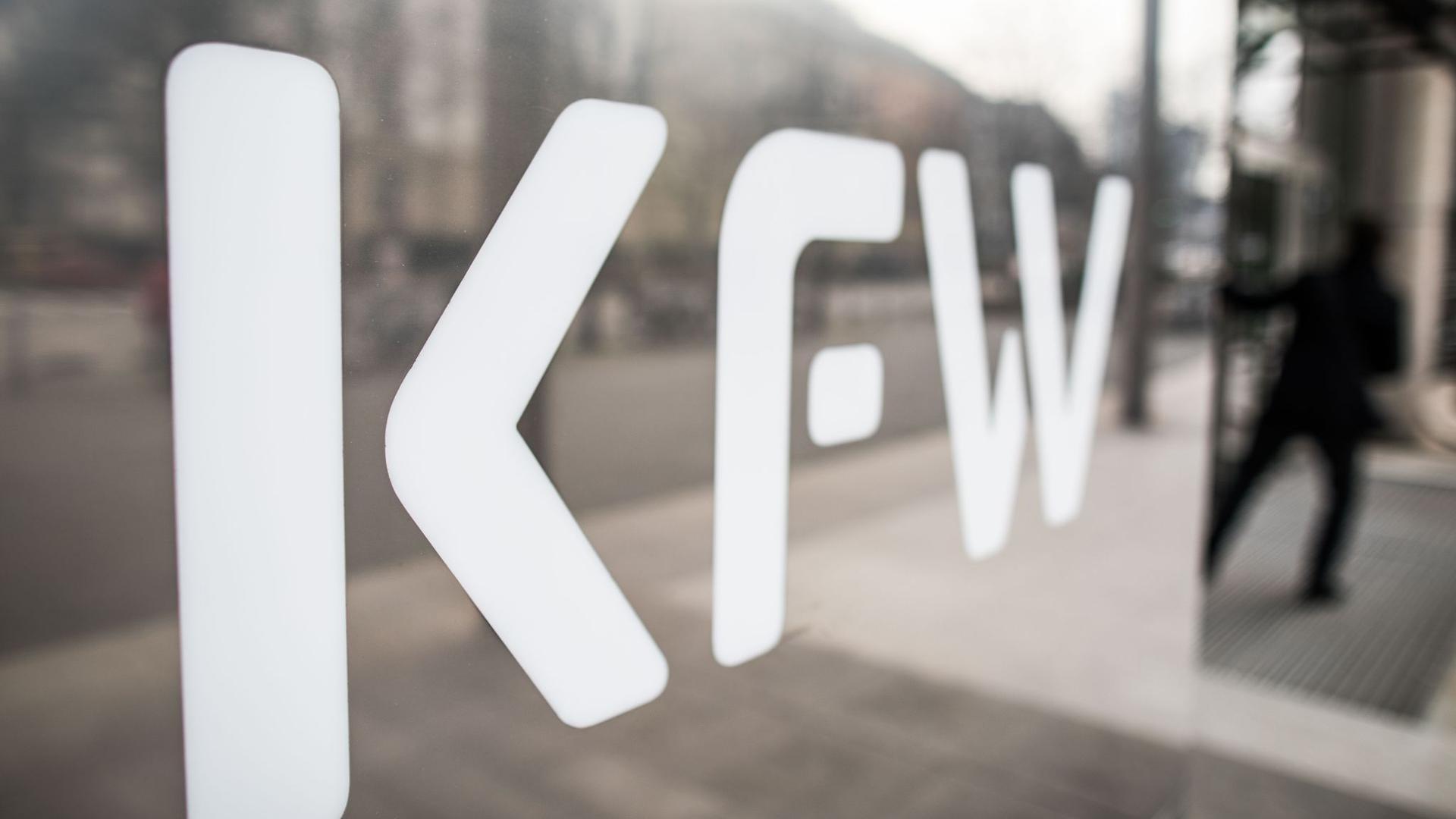 Das Logo der KfW an der Zentrale der KfW Bankengruppe.