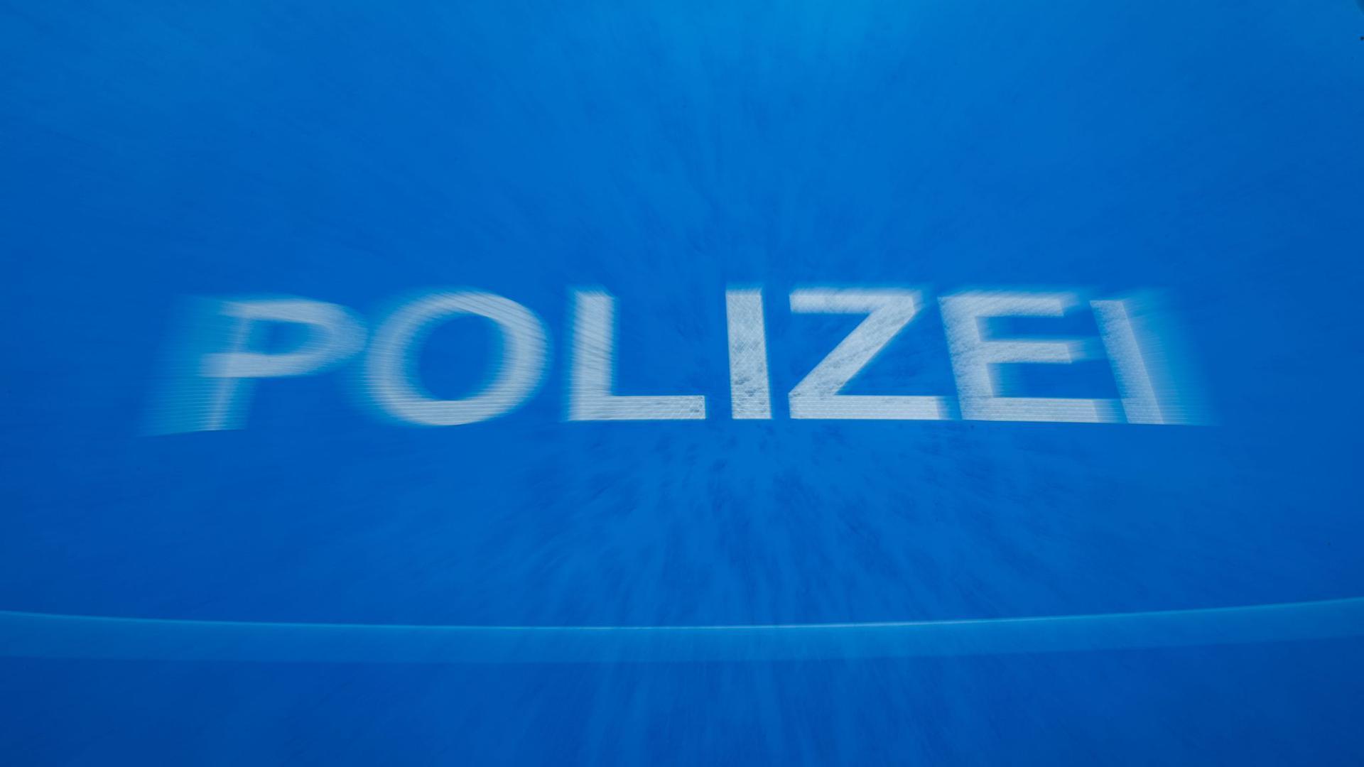 """Schriftzug """"Polizei"""" auf der Motorhaube eines Funkstreifenwagens."""