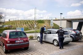 Die Polizeimeister P. Weigele (r) und J. Böttcher kontrollieren einenReisenden.