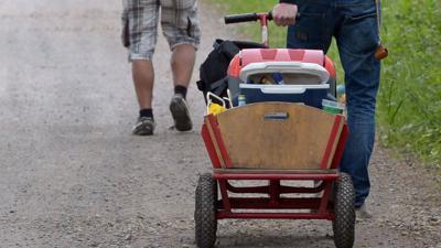EinBollerwagen wird am Vatertag gezogen.