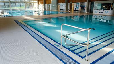 Das leere Nichtschwimmer- und Schwimmerbecken im Heidelberger Hallenbad Köpfel.