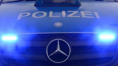 Polizeiwagen mit Blaulicht.