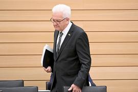 Winfried Kretschmann kommt in den Landtag.