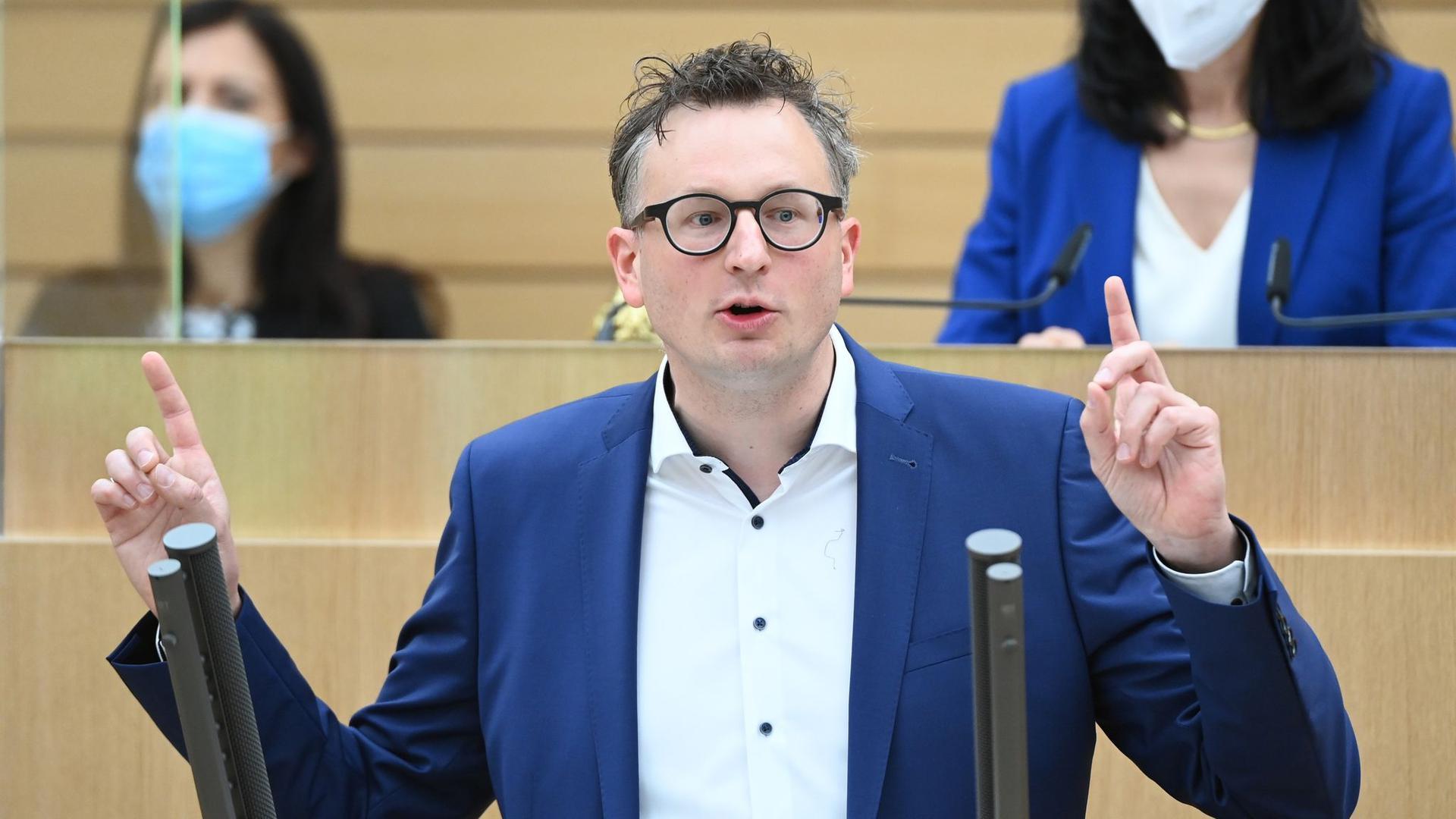 Andreas Schwarz spricht im Landtag von Baden-Württemberg.