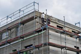 Bauarbeiter arbeiten an einer Neubauwohnung.