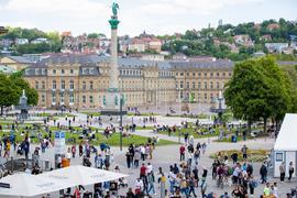 Zahlreiche Menschen genießen auf dem Schlossplatz inStuttgart das schöne Wetter.