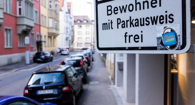 """Ein Schild mit der Aufschrift """"Bewohner mit Parkausweis frei"""" steht an einerStraße."""