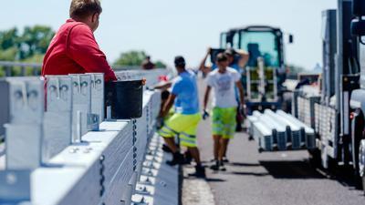 Bauarbeiter montieren im vergangenem Jahr eine Leitplanke auf der Salierbrücke.