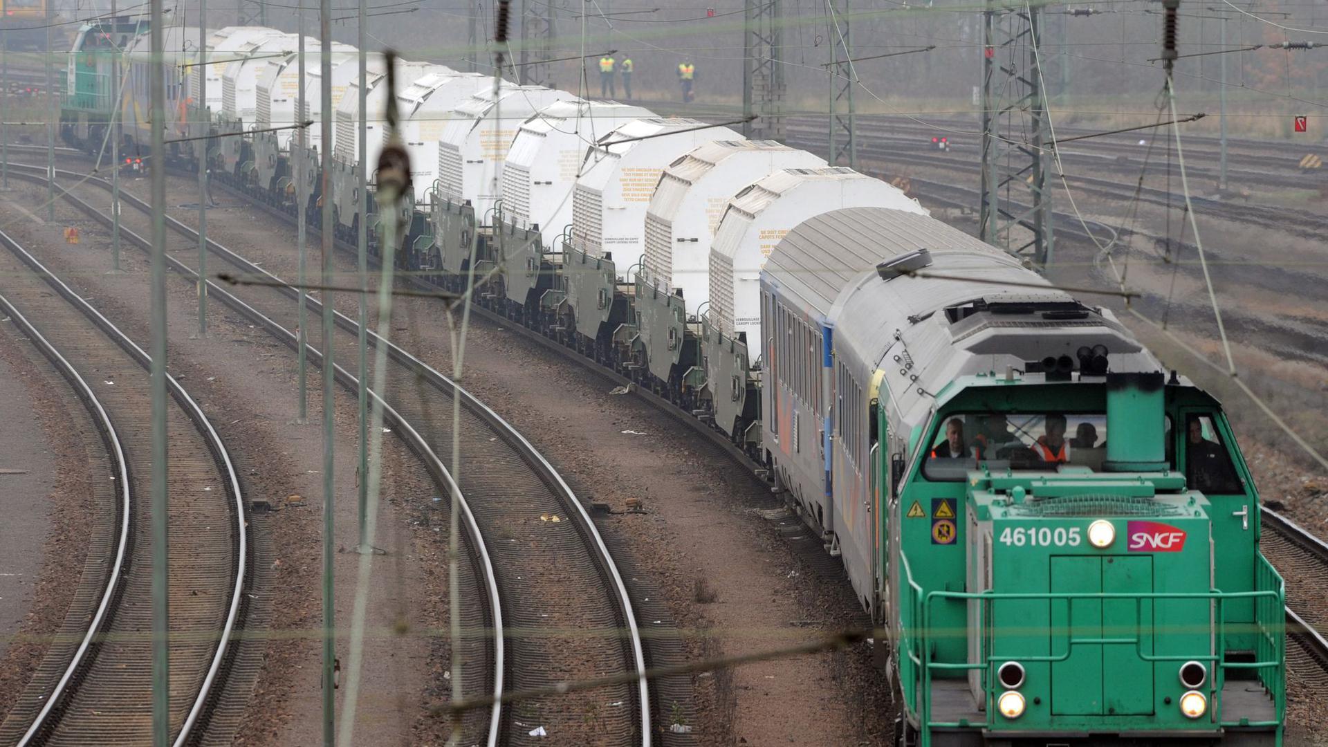 Ein Zug mit elf Castor-Behältern mit deutschem Atommüll.