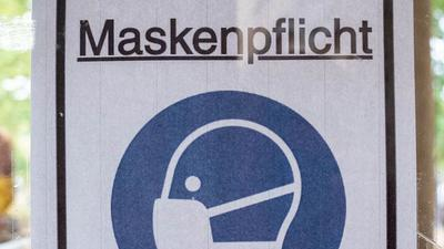 """Ein Plakat mit der Aufschrift """"Maskenpflicht""""."""
