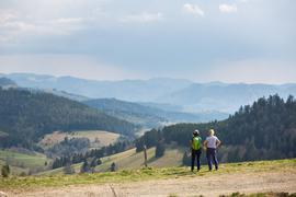Zwei Frauen stehen auf einem Parkplatz nahe dem Nonnenmattweiher und blicken in die Landschaft.