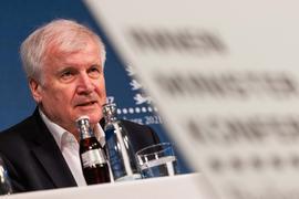 Horst Seehofer (CSU) spricht bei der Pressekonferenz zum Abschluss der Innenministerkonferenz.