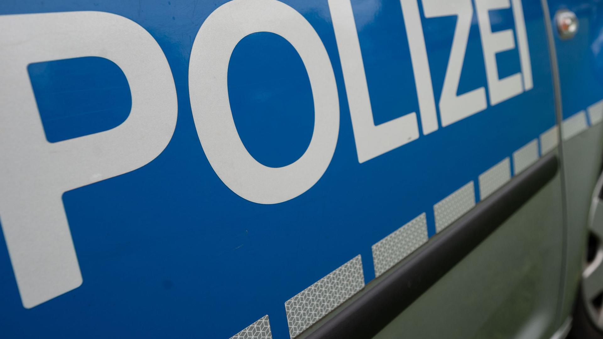 """Das Wort """"Polizei"""" steht auf einem Einsatzwagen."""