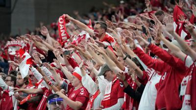 Die dänischen Fans feiern nach dem Spiel.