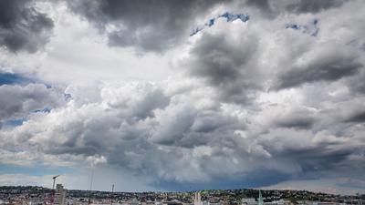 Dunkle Wolken ziehen über die Innenstadt von Stuttgart hinweg.