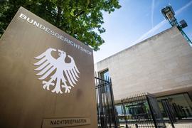 Ein Hinweisschild mit Bundesadler und dem Schriftzug Bundesgerichtshof (BGH).