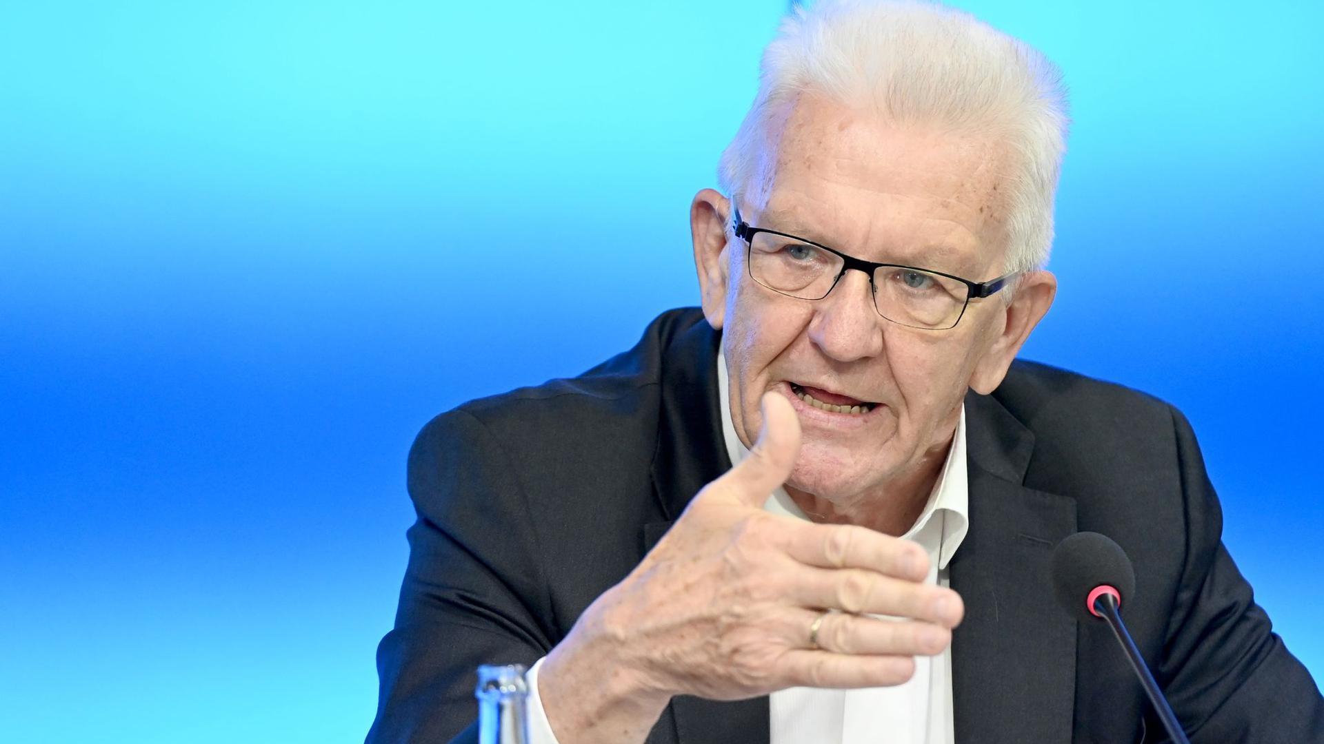 Winfried Kretschmann spricht auf einer Pressekonferenz.