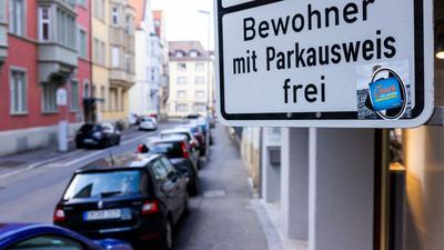 """Ein Schild mit der Aufschrift """"Bewohner mit Parkausweis frei""""."""