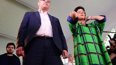 Abdel-Hakim Ourghi (l) und Elham Manea leiten gemeinsam das Freitagsgebet zur Eröffnung einer liberalen Moschee.