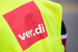 """Eine Warnweste mit der Aufschrift """"ver.di""""."""