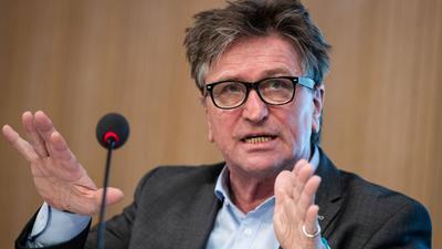 Manfred Lucha spricht bei einerPressekonferenz.