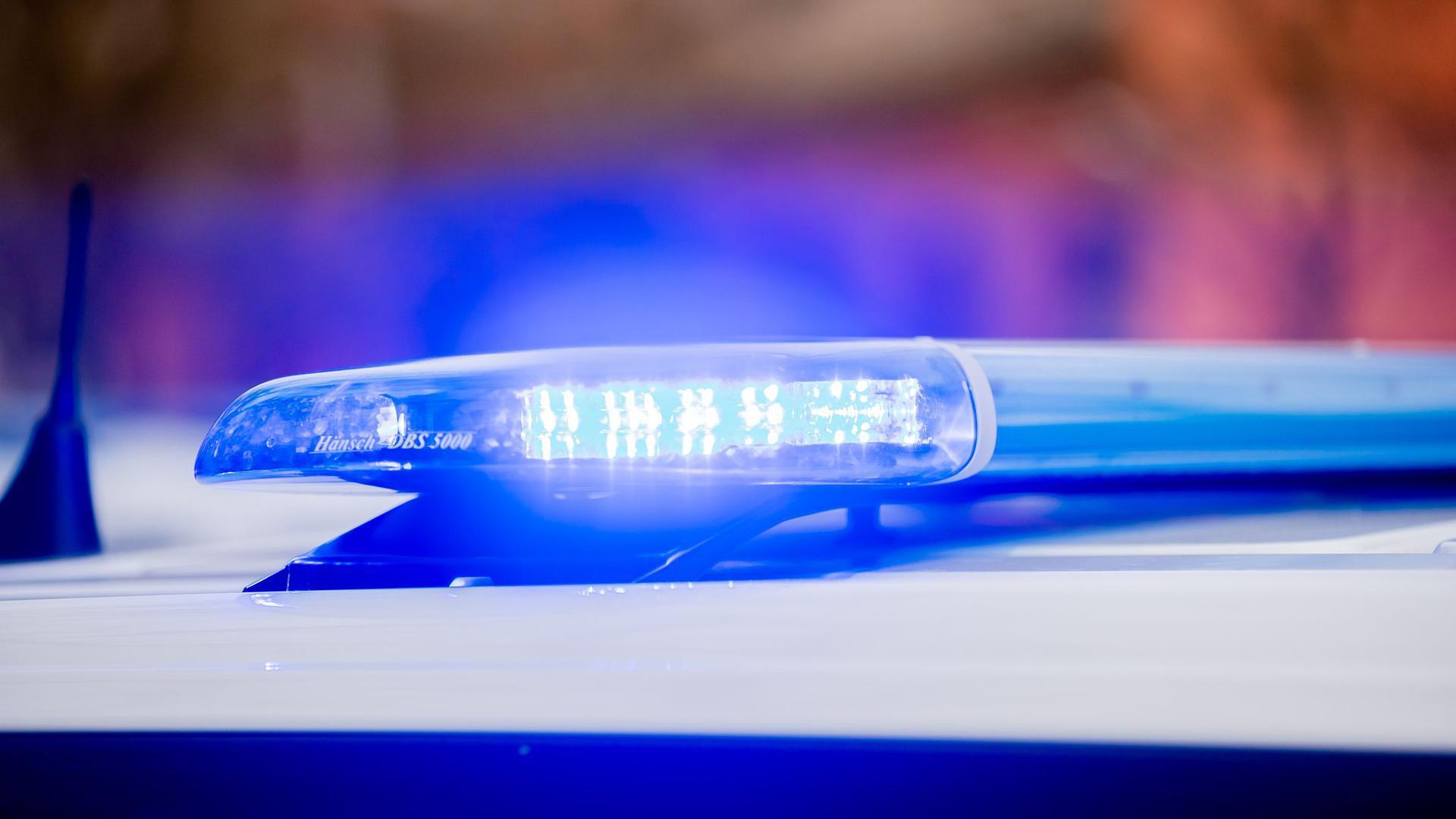 Das Blaulicht eines Polizeifahrzeuges leuchtet.