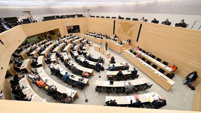 Abgeordnete sitzen im Plenarsaal des Landtags von Baden-Württemberg.