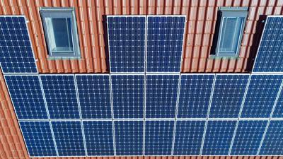 Eine Photovoltaikanlage ist auf einem Eigenheim angebracht.
