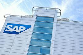 Das Firmenlogo des Softwarekonzerns SAP an der Hauswand eines Firmengebäudes.