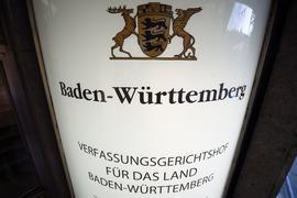 Das Schild des Verfassungsgerichtshofes für das Land Baden-Württemberg.