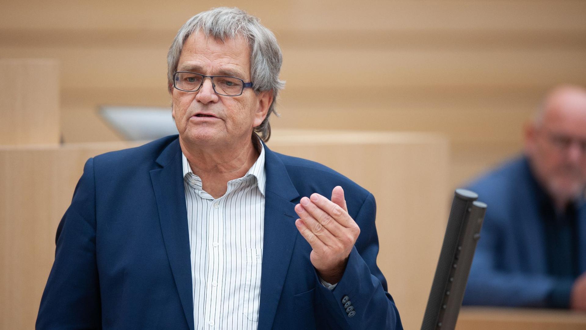 Der Parlamentarische Geschäftsführer der Grünen Uli Sckerl hält im Landtag eine Rede.