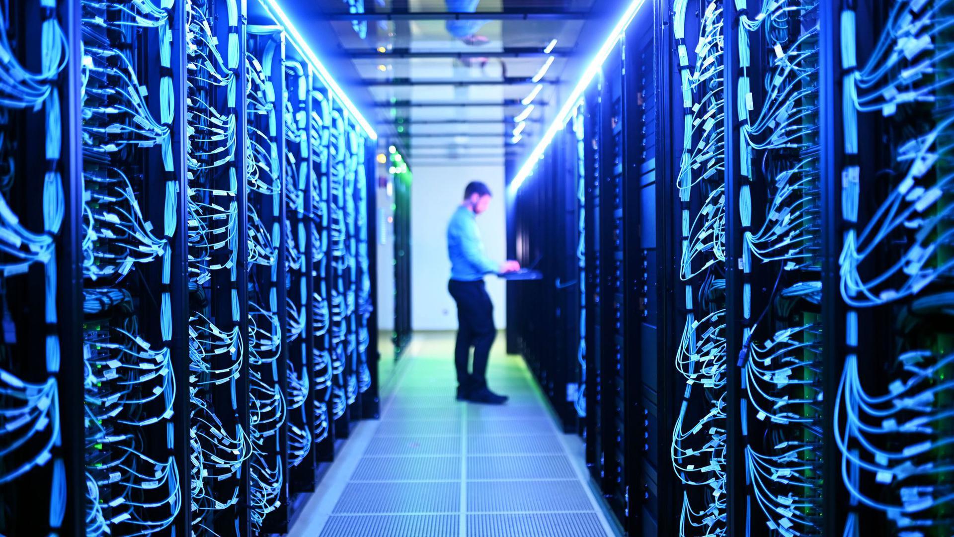 Ein Mann steht zwischen den Servern des neuen Hochleistungsrechner Horeka der Karlsruher Forschungsuni KIT.