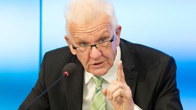 Ministerpräsident Winfried Kretschmann spricht während einer Regierungs-Pressekonferenz.