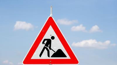 Ein Schild weist auf eine Baustelle hin.