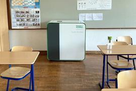 Ein mobiles Luftfiltergerät steht in einem Klassenzimmer.