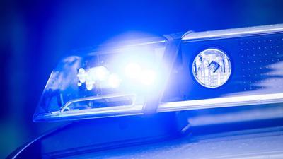 Ein Blaulicht leuchtet auf dem Dach einer Polizeistreife.